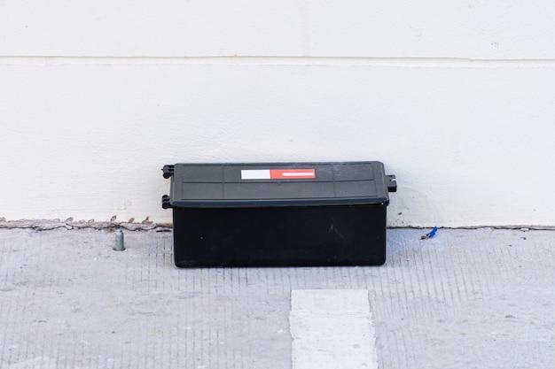 바닥에 독 쥐덫 상자. 공장에서 야외 독 쥐 역입니다.