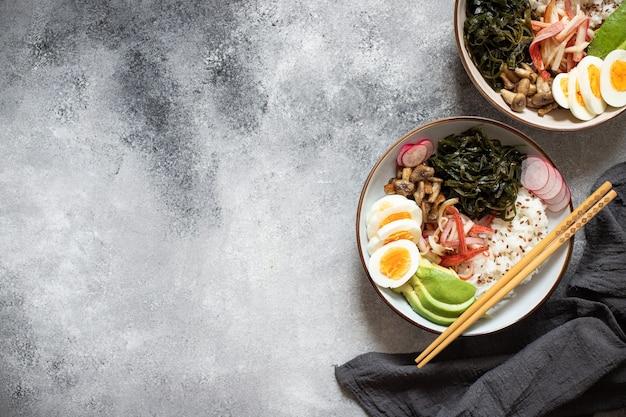 Поке миска с крабом, рисом, авокадо и яйцом