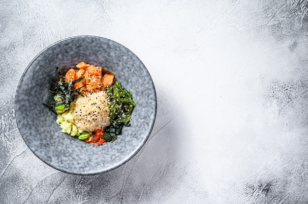 Поке миска с сырым лососем и овощами