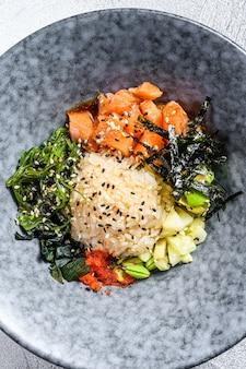 Поке миска с сырым лососем, рисом и овощами