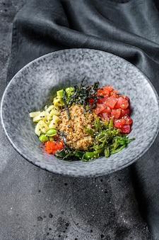 ツナの生魚と野菜のボウルを突く。ハワイアン料理。健康的な食事のコンセプト