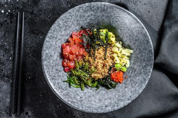 Поке миска с сырым тунцом и овощами