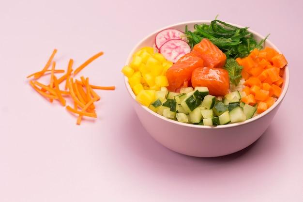 生の赤い魚と野菜のボウルを突く。ハワイアン料理。