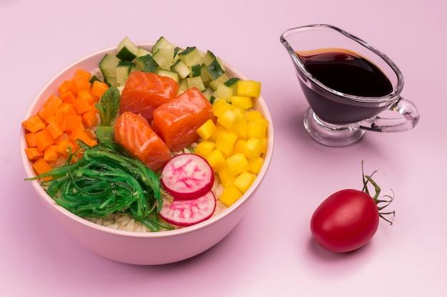 Ткните миски с сырой красной рыбой и овощами.