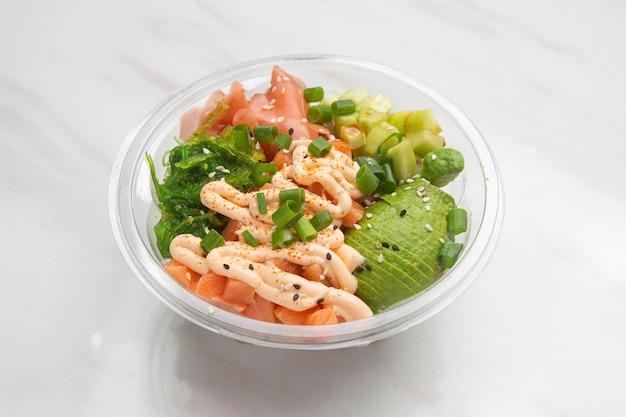 Poke гавайское блюдо, салат из сырой рыбы в качестве закуски или основного блюда.