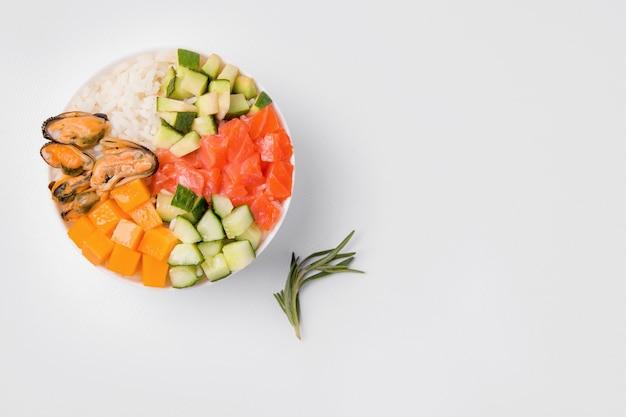 Тыкать салат на белом фоне