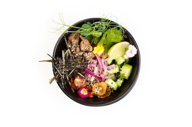 Выкладываем салат с говядиной в миску. ингредиенты говядина, грибы намеко, помидоры черри, рис, огурец, красный лук, соус ким чи, соус понзу, нори, семена кунжута, кинза, лайм. концепция азиатского салата.