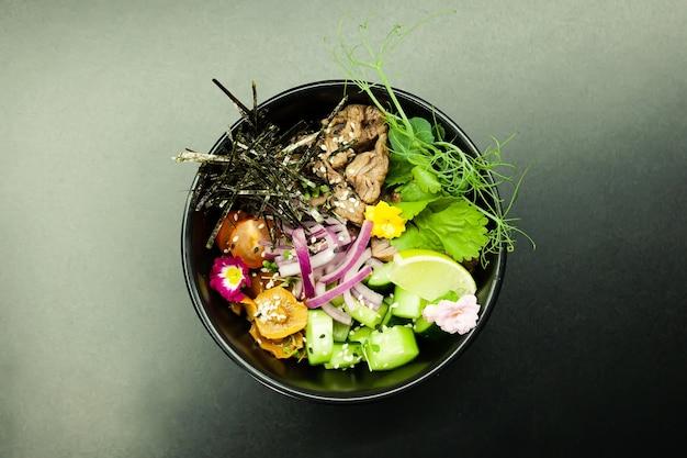 牛肉をボウルに入れてサラダを突く材料牛肉なめこきのこチェリートマト米きゅうり赤