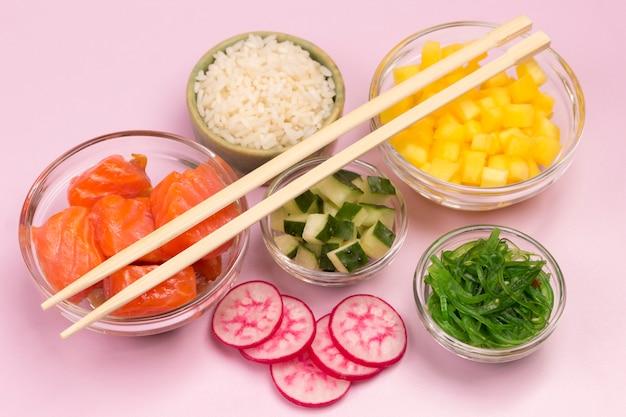 Покушайте традиционный гавайский салат из сырой красной рыбы, бамбуковые палочки для еды. органическое здоровое питание.