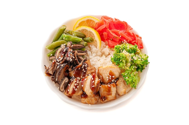 Поке с куриным филе, грибами шитаке и овощами. в белой тарелке. крупный план. вид сверху. изолированные