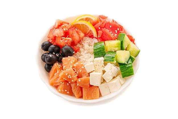 Поке с лососем, оливками, сыром фета и овощами. в белой тарелке. крупный план. вид сверху. изолированные