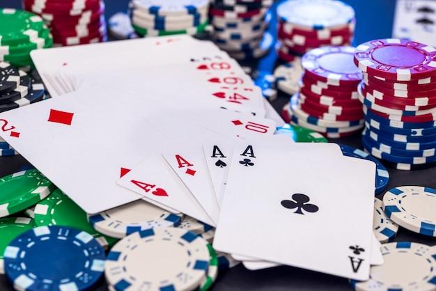 포커 카드와 녹색 테이블에 다른 칩