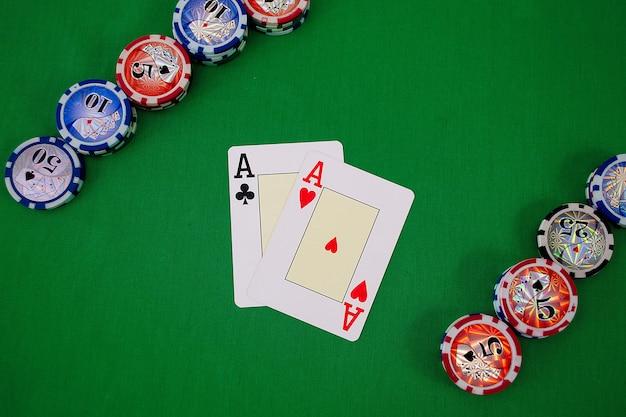 포커 카드와 칩
