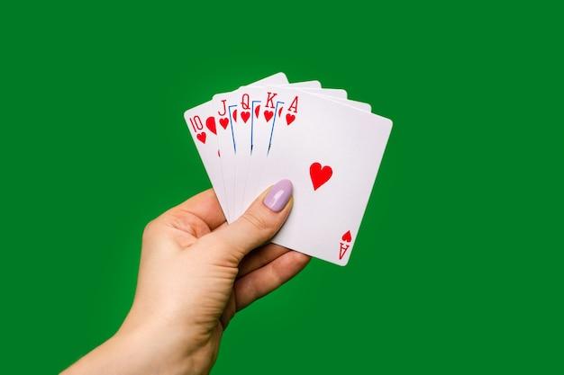 Покерные карты на зеленом фоне