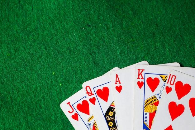 포커 카드 복사 공간 녹색 표면에 로얄 플러시