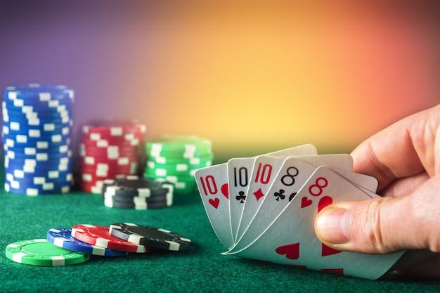 フルハウスまたはフルボートコンビネーションギャンブラーハンドのポーカーカードは、ポーカークラブでトランプを取ります
