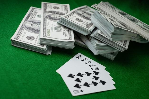 포커 카지노 도박 로얄 스트레이트 플러시와 100달러 지폐 더미