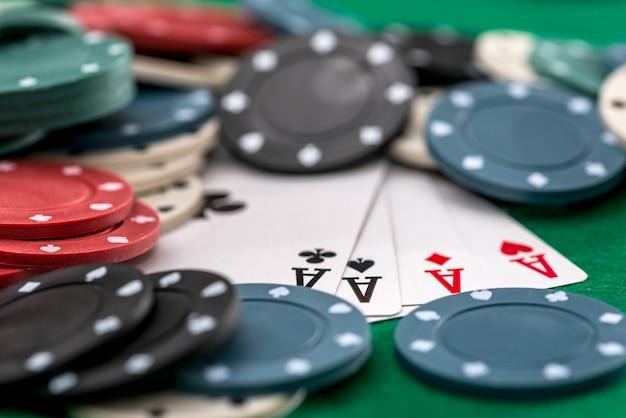 緑の背景にポーカーチップとカード