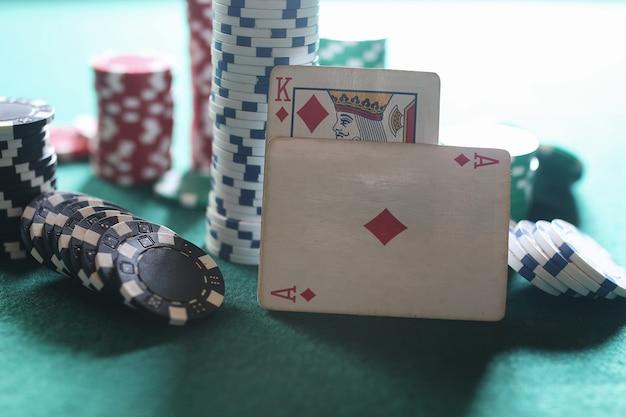천에 포커 칩과 카드