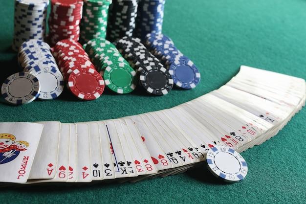 Фишки для покера и карты на ткани