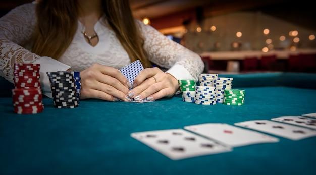 포커 칩과 여성의 손을 잡고 카드 놀이