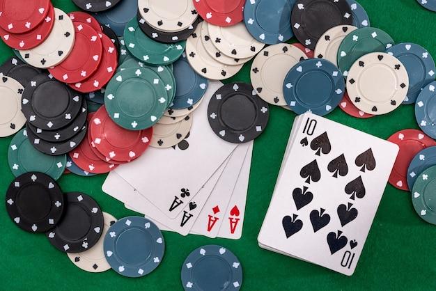 포커 칩과 녹색 테이블에 4 개의 에이스