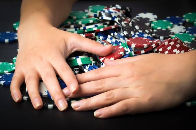 포커 칩과 손