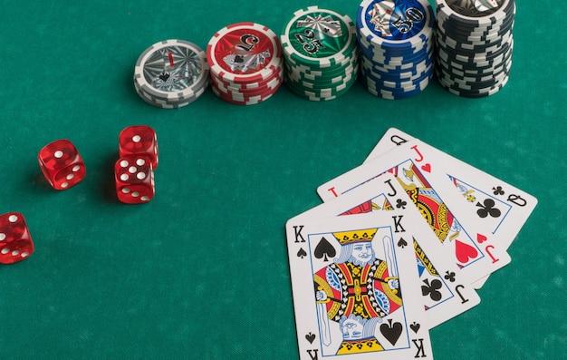 포커 칩 카드와 녹색 배경에 주사위 도박 및 엔터테인먼트의 개념