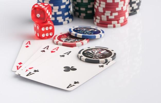 白い背景の上のポーカーチップカードとサイコロギャンブルとエンターテインメントの概念
