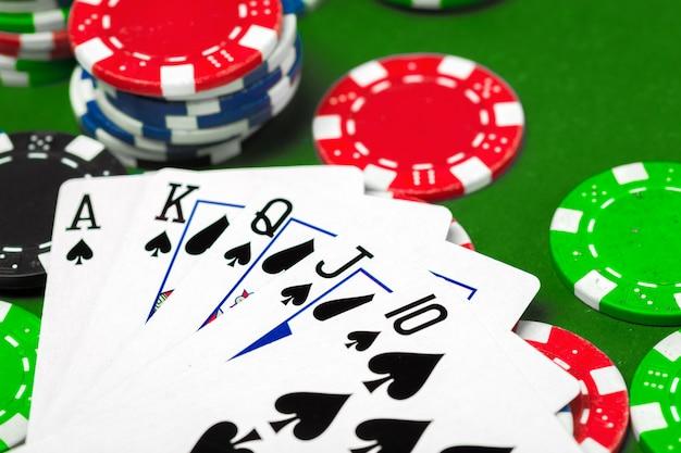 Фишки для покера на столе