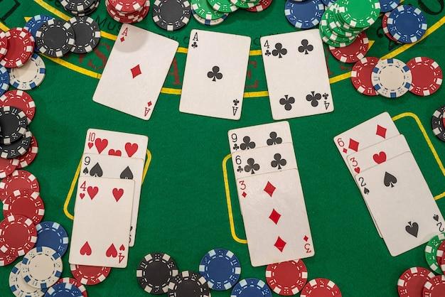 녹색 카지노 테이블에 플레이 카드 포커 칩. 도박