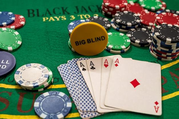 녹색 카지노 테이블에 플레이 카드 포커 칩