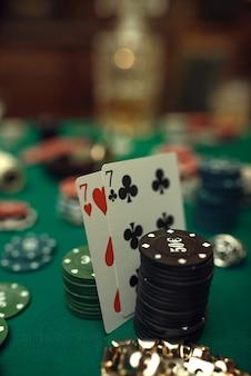 카지노에서 게임 테이블 근접 촬영, 위스키와 시가에 포커 개념, 카드 및 칩