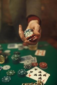 포커 개념, 돈 내기, 카드 및 카지노에서 게임 테이블, 위스키 및 시가에 칩.