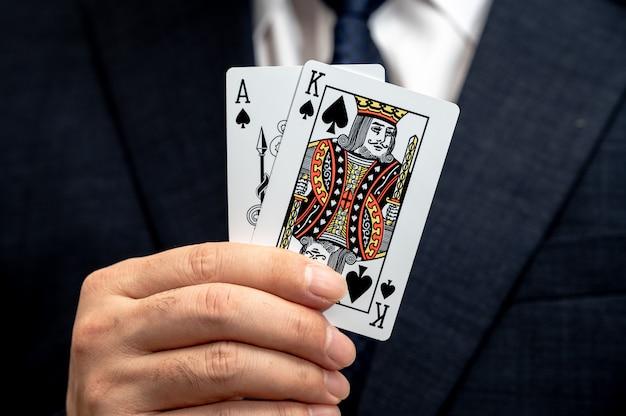 Карта покерного короля в руке делового человека в костюме