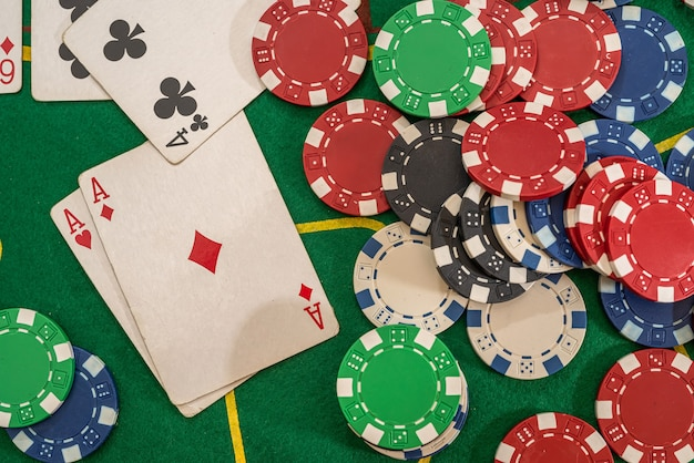포커 플레이 카드와 녹색 테이블에 칩. 텍사스 홀덤