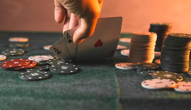 테이블에 카드를 던지는 포커 플레이어