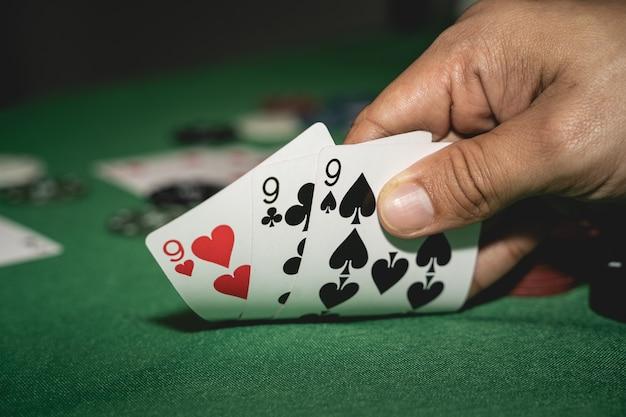 포커 플레이어는 카드를보고