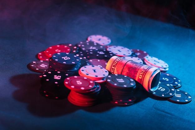 ポーカー。チップをプレイし、お金を賭けます。閉じる。写真の煙が膨らんでいる