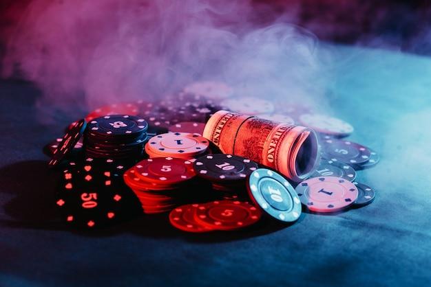 Покер. игровые фишки, деньги, сделанные на ставку.