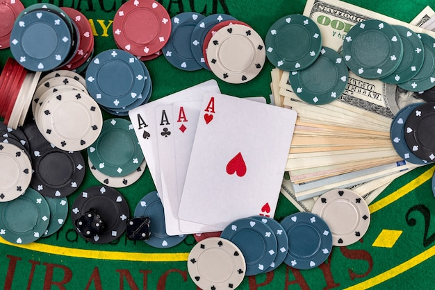 お金で設定されたポーカーは緑にクローズアップ