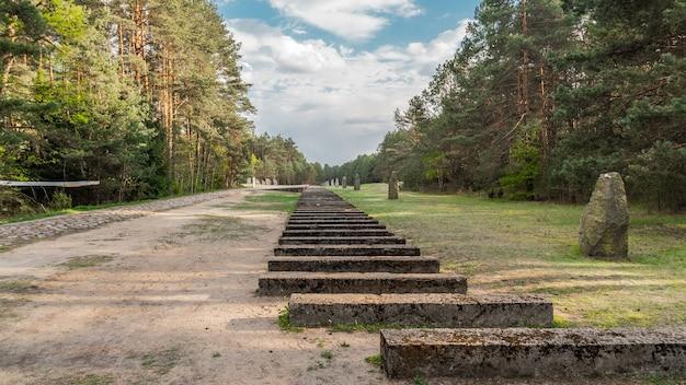 Польша, треблинка, май 2019 - железнодорожный памятник в лагере смерти треблинка