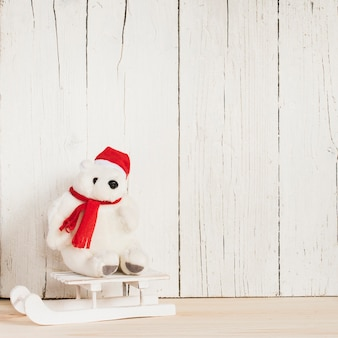 そりの上にクリスマスの服を着たホッキョクグマ