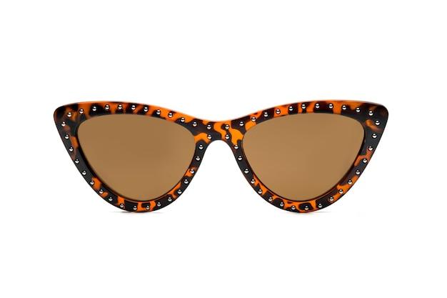 Поляризованные солнцезащитные очки для женщин, современные и модные. изолированные на белом фоне.