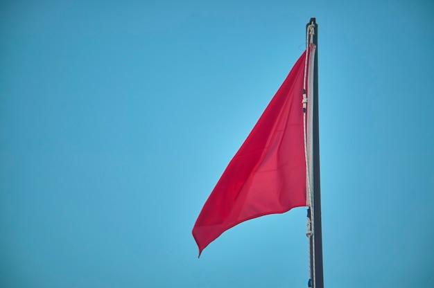 入浴者やナビゲーターにとって危険の象徴である、赤旗が掲げられたポール。