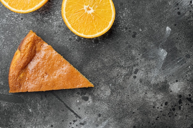 폴렌타, 옥수수, 레몬 버터 케이크 세트, 검은색 짙은 석재 테이블 배경, 위쪽 뷰 플랫 레이, 텍스트 복사 공간