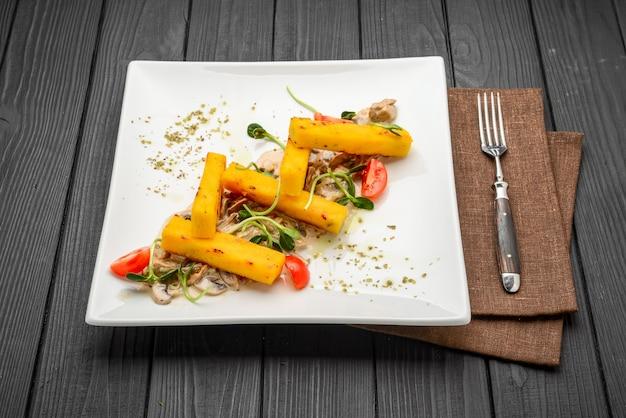 ポレンタフライ、イタリアの前菜。とうもろこしの棒。