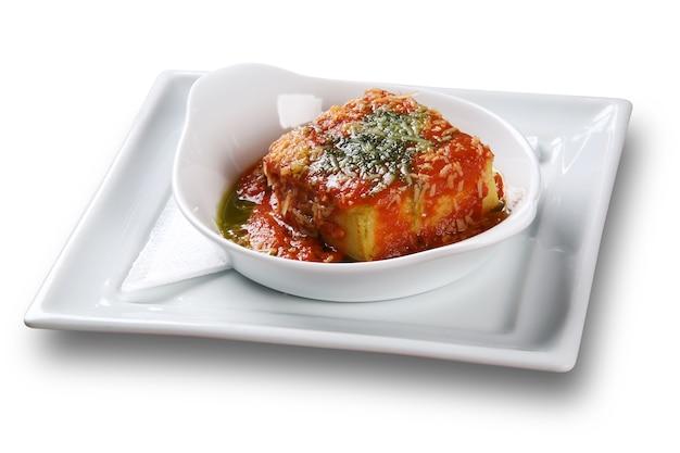 ポレンタは、トマト、タマネギ、コリアンダーで作られたブラジルのソースであるクリオーロソースとも呼ばれるホガオでスライスします。