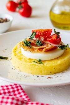 モッツァレラチーズ、ベーコン、トマトのポレンタ