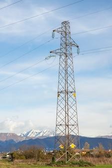 Столбы линий электропередачи в поле